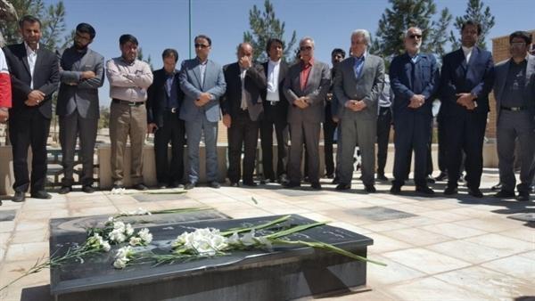 ادای احترام معاون رئیس جمهوری به مقام شامخ شهدای شهرستان فیروزه