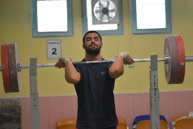 یک جفت کفش، حق الزحمه یک وزنه بردار برای دو سال وزنه زدن در لیگ!
