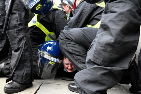 ادامه تظاهرات مردم انگلیس علیه لایحه افزایش سرکوبگری پلیس خبرنگاران